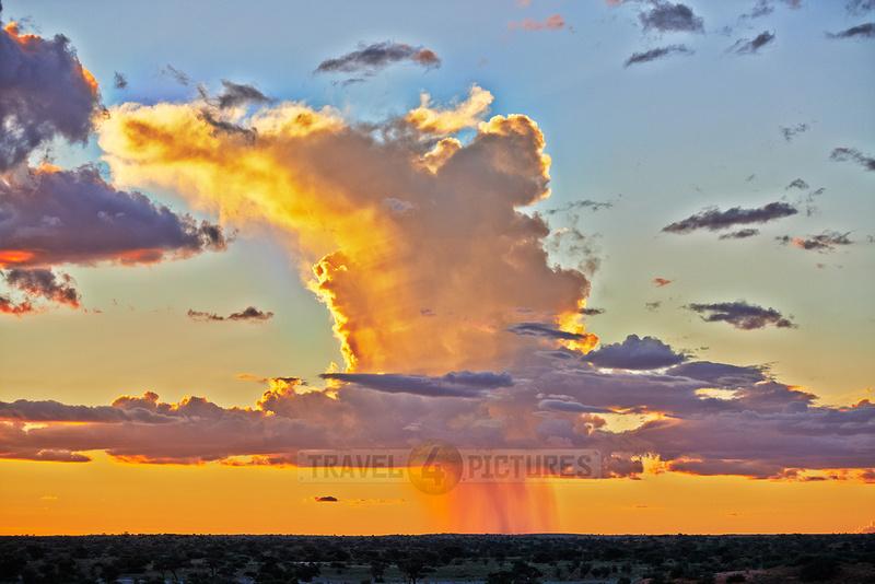 Regenwolken ueber dem Kgalagadi Transfrontier Park  |rain clouds over Kgalagadi Transfrontier Park|